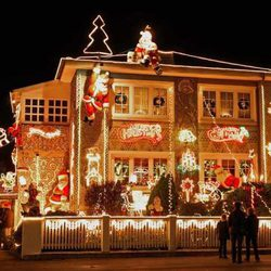 Decoración del exterior de una casa en Navidad