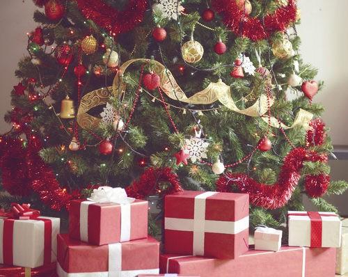 Árbol de Navidad tradicional: decoración dorada y roja