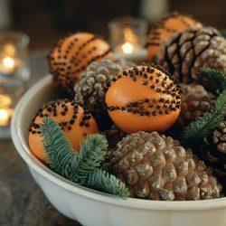 Piñas y adornos frutales para decorar la casa en navidad