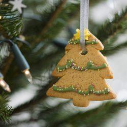 Galleta de mantequilla convertida en árbol de Navidad decora el abeto