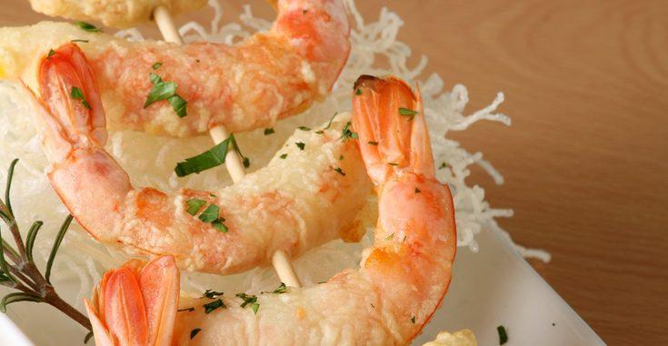 Los langostinos en tempura se pueden presentar en pinchos