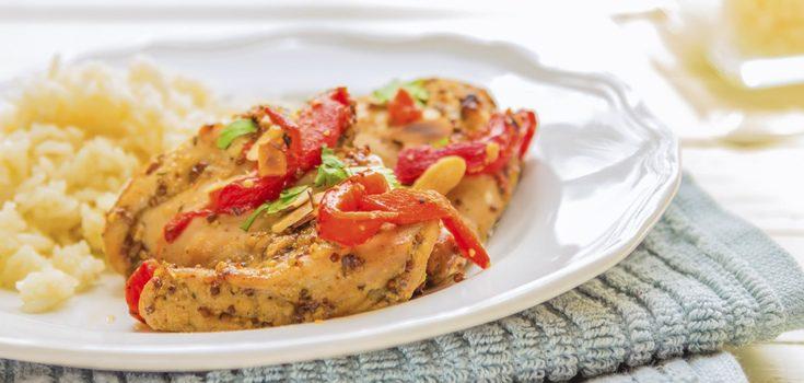El pollo asado se puede acompañar con arroz blanco con hierbas aromáticas