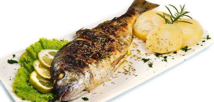 Las patatas asadas son el mejor acompañamiento para los pescados al horno