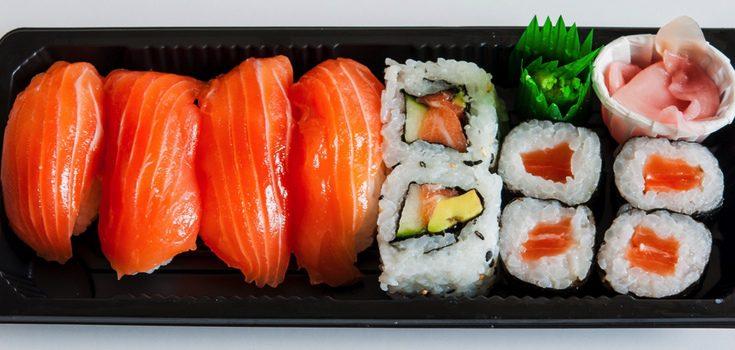 Bandeja con variedad de makis de salmón y aguacate