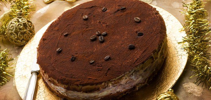 Puedes adornar el pastel con frutas, nata o licor
