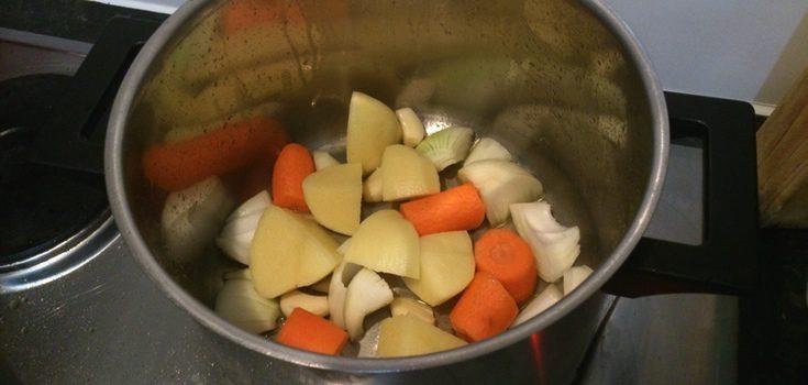 Olla con las verduras para hacer costillas al vino tinto