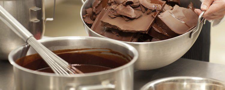 Funde bien el chocolate y consigue una mezcla compacta