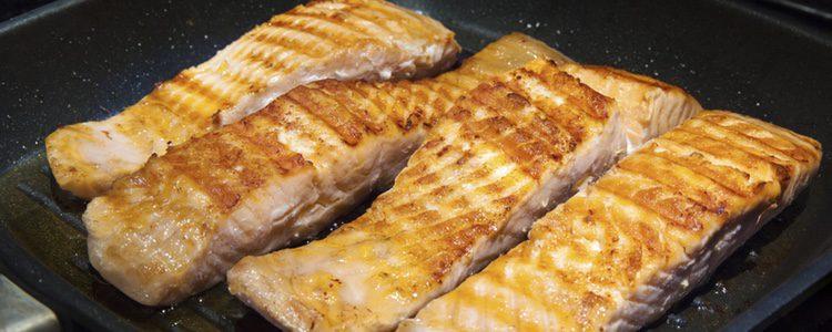 Dorar el salmón para que coja el punto adecuado