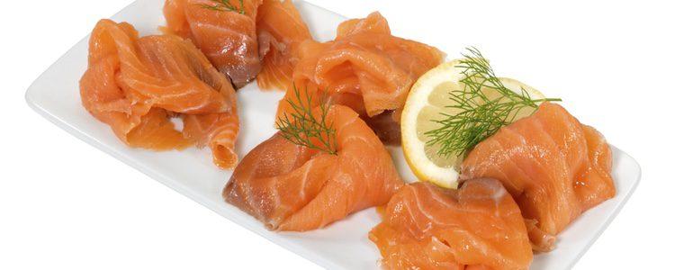 El salmón lo puedes partir al gusto, pero siempre lo más fino posible